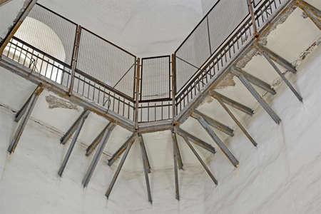 grille matal vintage sur mur blanc, diversité de construction de prison rouillée patrimoniale Banque d'images