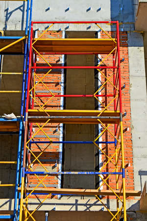 colorful scaffolding in sunny day, modern building site diversity Banque d'images