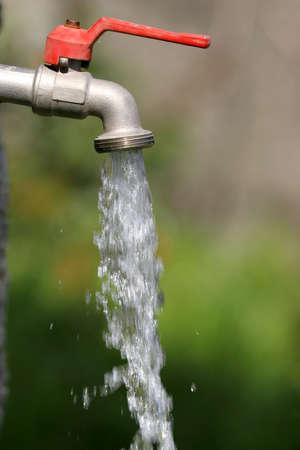 llave de agua: abierto del grifo con agua corriente  Foto de archivo