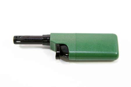 lighter gas: verde peque�o encendedor de gas aislado m�s de blanco