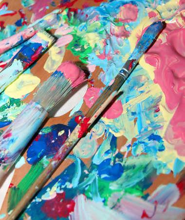 pallette: palette de peintre avec beaucoup de couleurs mixtes Banque d'images