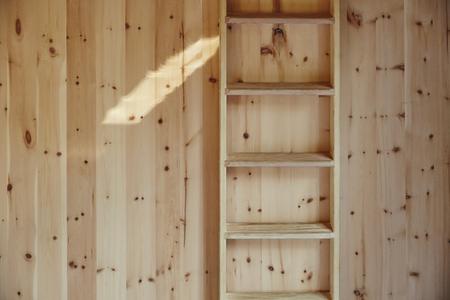 atmosphérique scène en bois échelle en face de mur en bois