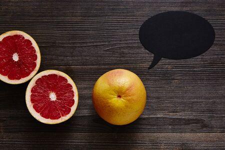 grapefruit met tekstballon en de twee helften