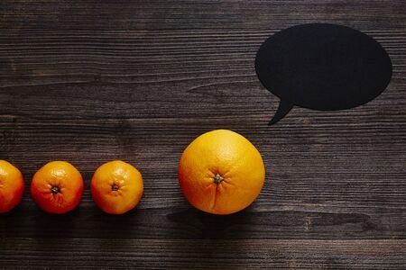 oranje met tekstballon en mandarijnen