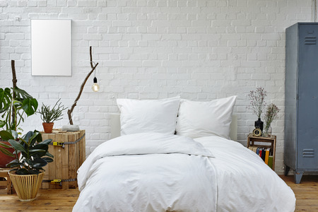 Standard Bild   Vintage Städtische Schlafzimmer Weiße Tagesdecke Grüne  Pflanzen Und Warme Farben