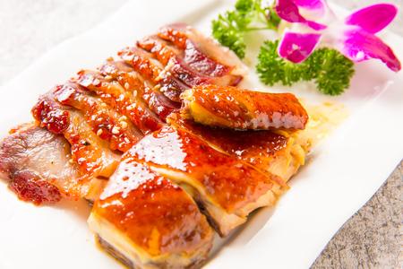 Cerdo a la parrilla con platos fríos variados