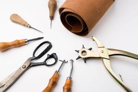 Einige Tools zu arbeiten Leder über Leder Hintergrund  Standard-Bild