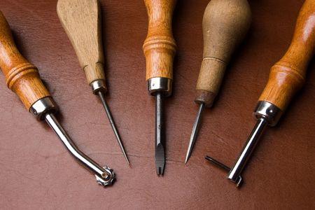 Striker: Niektóre narzędzia do pracy nad skórzane skórzane tle Zdjęcie Seryjne