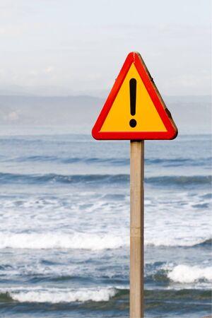 se�al de peligro indefinido, con el mar al fondo Foto de archivo - 2024204