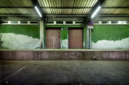 Loading dock. The light and the develop give it aspect of abandon and sordid Standard-Bild