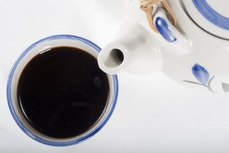 Taza de café y la cafetera de porcelana. Close-up de captura y la composición en diagonal sobre fondo blanco Foto de archivo - 4456435
