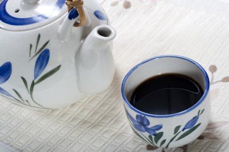 Taza de café y la cafetera de porcelana. Close-up de captura y la composición en diagonal en el cuadro de tela de lino Foto de archivo - 4456443