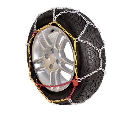 흰색 배경에 바퀴 차에 대 한 체인 눈. 바퀴에 쇠사슬이 쌓여있다.