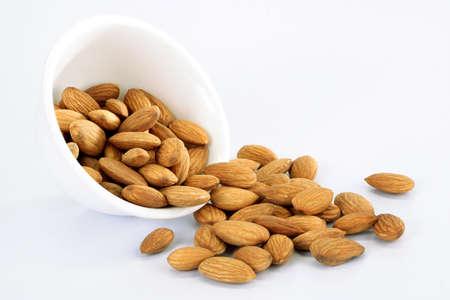 Almond op wit wordt geïsoleerd