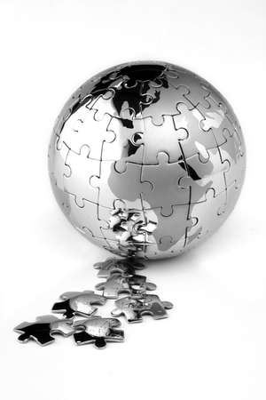 Metalen puzzel globe geïsoleerd op een witte achtergrond Stockfoto
