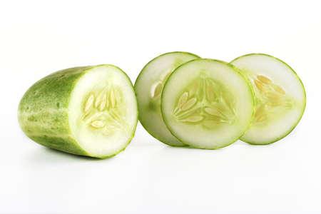 Verse plakjes komkommer op een witte achtergrond