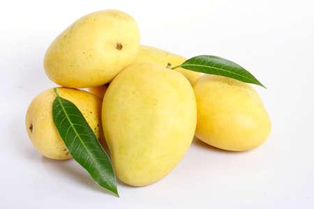 Rijpe mango fruit op wit wordt geïsoleerd