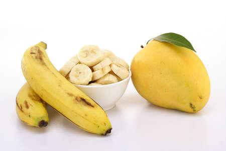 Mango en bananen op wit