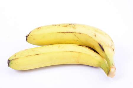Twee rijpe bananen op wit