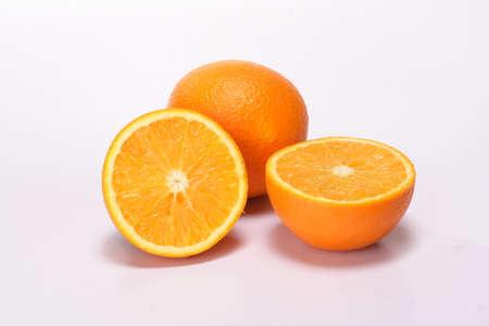 Sinaasappelen op wit