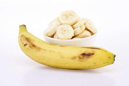 Banaan en plakjes in witte kom Stockfoto