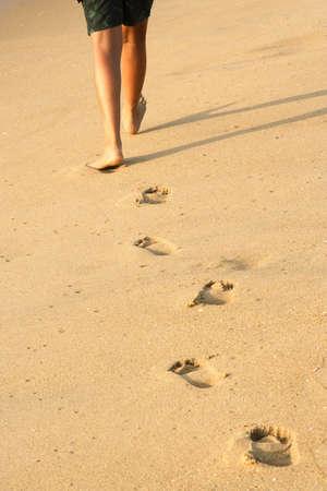 Voetafdrukken op het strand achtergelaten Stockfoto