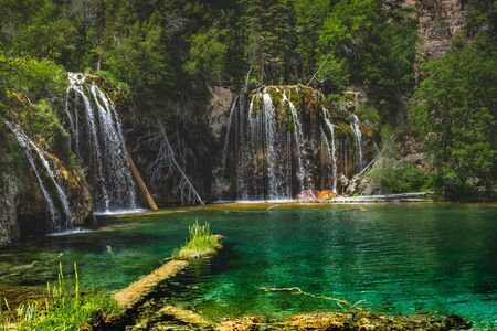 Tranquil waterfalls and clear green water at Hanging Lake, Glenwood Canyon, Colorado Imagens
