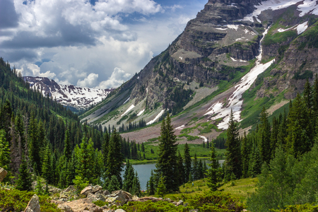 Beautiful Maroon Bells and Crater Lake in Snowmass Wilderness in Aspen, Colorado with a blue sky and clouds in summer Imagens - 115029043