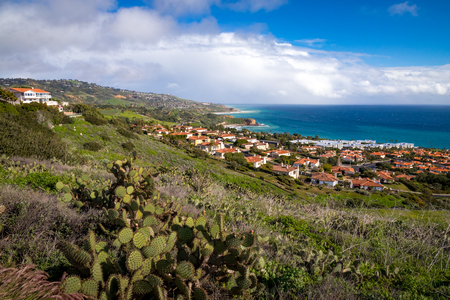 Colorful Southern California coastline with rolling hills covered with beautiful homes and stunning views of the ocean, Rancho Palos Verdes, California Imagens