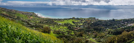 Colorful elevated view of Southern California coastline with green rolling hills and flowers in bloom, Del Cerro Park, Rancho Palos Verdes, California Imagens