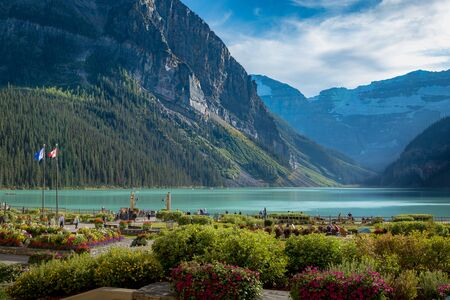 Majestic turquoise colored Lake Louise surrounded by towering mountains and glaciers in the distance, Banff National Park, Alberta, Canada Stockfoto