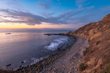 Long exposure photo of Southern California coastline after sunset with dramatic clouds in the sky, Bluff Cove, Palos Verdes Estates, California Stockfoto