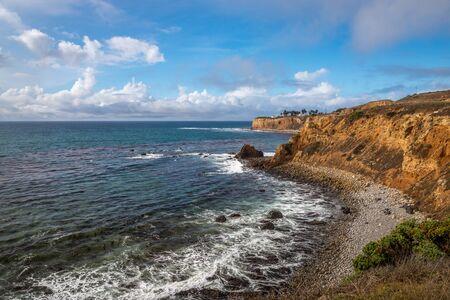 Coastal view of Pelican Cove with waves crashing onto the rocky shoreline and beautiful blue sky, Terranea Trail, Rancho Palos Verdes, California Stockfoto