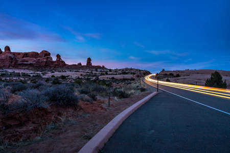 Colorful blue and purple sky over various sandstone rock formations along Arches Scenic Drive, Arches National Park, Moab, Utah 版權商用圖片
