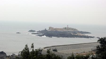 Rock island with lighthouse 免版税图像