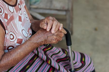 mano anziano: Primo piano veterano con stampella