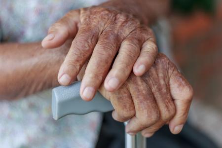 personas sentadas: Primer vieja mano con la muleta