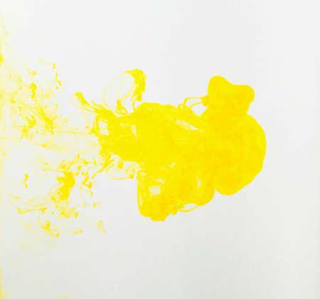 Pintura abstracta de color amarillo sobre fondo blanco.