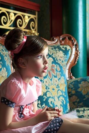 occhi sbarrati: Sorpreso ragazza si siede con gli occhi aperti e la bocca larga