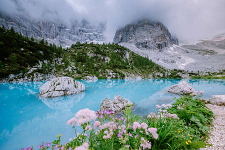 Blue green lake in the Italian Dolomites,Beautiful Lake Sorapis Lago di Sorapis in Dolomites, popular travel destination in Italy. Europe Archivio Fotografico