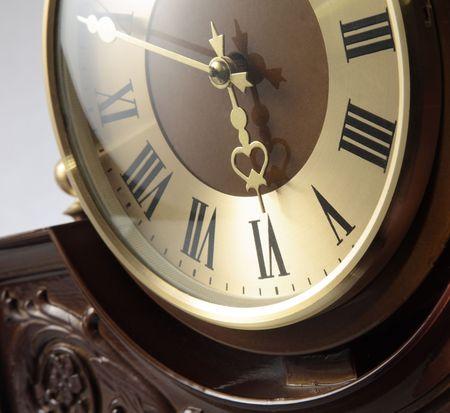 talla en madera: Reloj del soporte con la talla de madera decorativa Foto de archivo