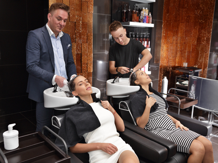 shampooing: Girl in a beauty salon wash the head before shearing