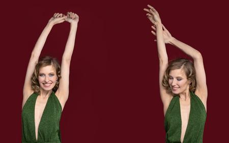 Das Mädchen mit zwei der Seiten posiert im Studio und hebt die Hände und lächelt. Ein Modell zweimal im Rahmen. Das Konzept der Kosmetik und Mode. Der Hintergrund ist ein tiefes Burgunder