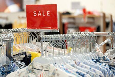 goederen in winkels en een rood bord op verkoopkortingen. mocap voor tekst en concept van verkoop en handel in de lichte industrie