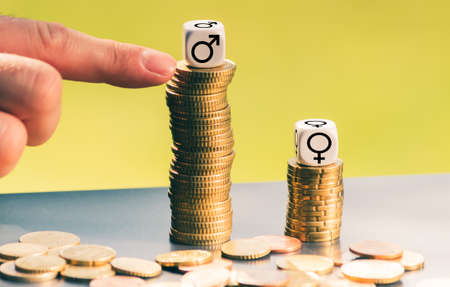 Symbol for unequal payment. Gender symbols on different high stacks of coins. Stockfoto