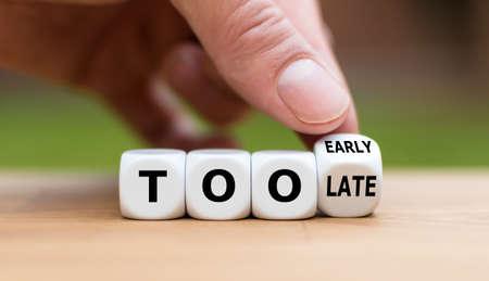 """La mano lanza un dado y cambia la expresión """"demasiado tarde"""" por """"demasiado pronto"""" o viceversa."""