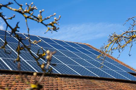 Sonnenkollektoren auf dem Dach Standard-Bild - 39231473