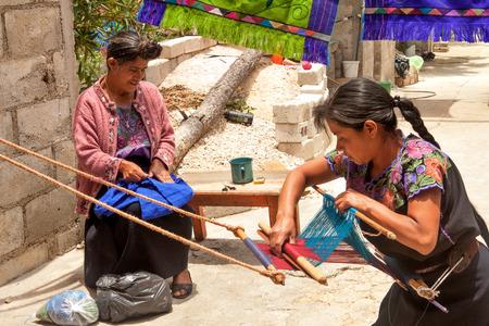 伝統的な huipil を製織織機で先住民族のツォツィル女性