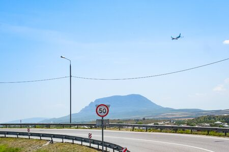The plane lands over the settlement and the track. Foto de archivo