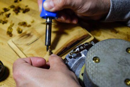 Repair of acoustic dynamics, ration soldering wire on the speaker. Nickel cobalt speaker 25gd-26 Banque d'images